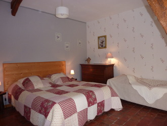 La Sereine, room with large bed (160 cm) and single bed (90 cm).